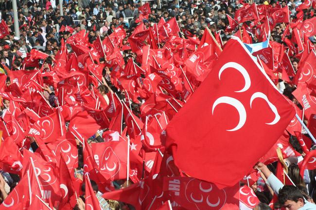 MHP'de muhalifleri davetiye yaktı