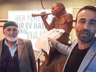 Çıplak heykele zincirli protesto